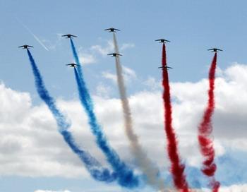 Один из девяти самолетов пилотажного отряда Королевских ВВС Великобритании Red Arrows разбился во время авиашоу в Борнмуте.Фото: PIERRE VERDY/AFP/Getty Images