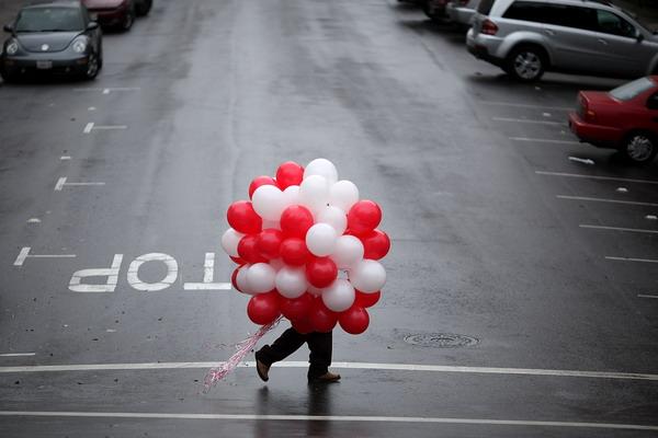 Не оставлайте покупку подарка на последний момент. Фото: Justin Sullivan/Getty Images
