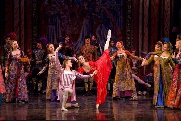 Сходите на представление в оперу. Сцена из балета «Ромео и Джульета». Фото с сайта svetkulaiks.lv
