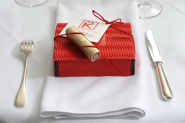 Подарок может дождатся своегополучателя и на праздничном столе. Фото: Michael Kovac/Getty Images for L'Oreal Paris