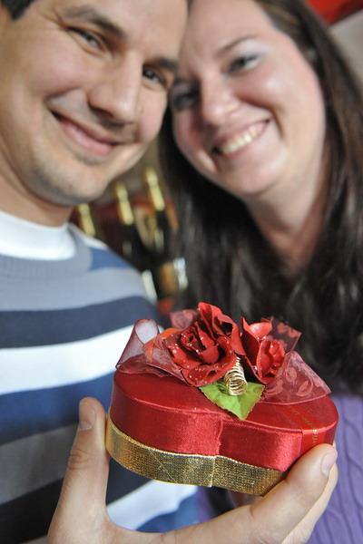 Что скрывается в маленкой коробке? Хороший шоколад или обручальное кольцо? Фото: ATTILA KISBENEDEK/AFP/Getty Images