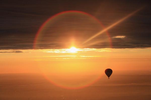 Путешествие на воздушном шаре на закате. Фото: Matt Cardy/Getty Images