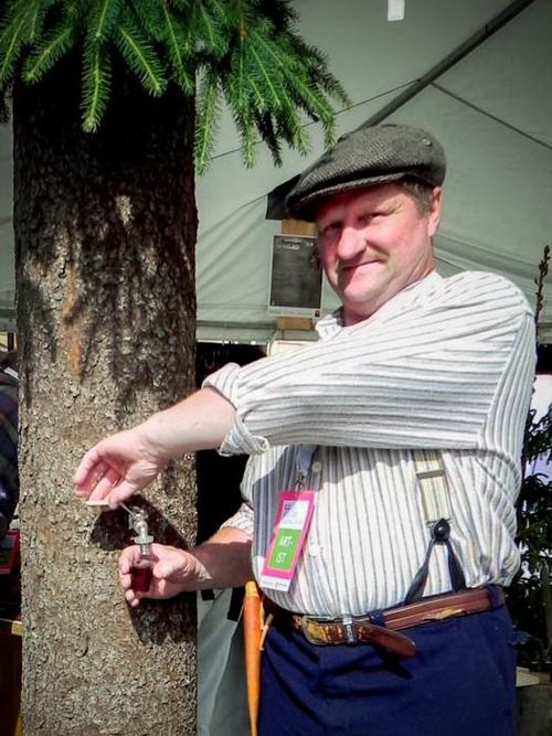 Сенатская площадь. Хельсинки. Июнь 2013года. Дни провинции Северной Карелии. Впервые на Сенатской площади можно было увидеть дерево, приносящее в качестве плода сок из лесных ягод. Фото: Лариса Кононова/Великая Эпоха (The Epoch Times)