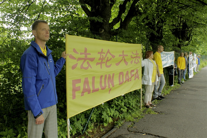 Акция протеста 13-летним репрессиям последователей Фалуньгун у китайского посольства в Латвии, Рига, 20 июля 2012 года. Фото Ритварс Витолс/Великая Эпоха (The Epoch Times)
