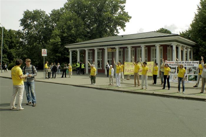 Информационное мероприятие на улице Бривибас у часов Лаймы, Рига, 20 июля 2012 года. Демонстрация упражнений. Фото: Ритварс Витолс/Великая Эпоха (The Epoch Times)