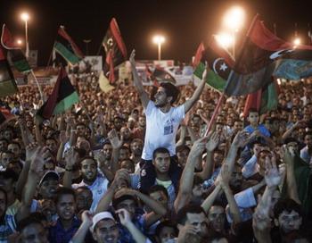 Десятки тысяч ливийцев вышли на центральную площадь Свободы в Бенгази в ночь на 21 августа 2011 года, празднуя первое народное восстание в Триполи против правительства Каддафи. Фото: GIANLUIGI GUERCIA/AFP/Getty Images