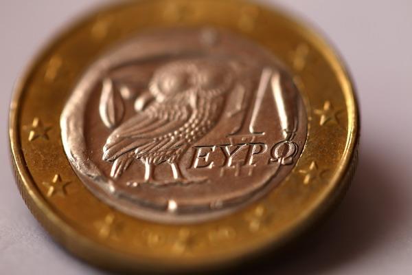Мощенничество с пособиями в Греции. Евромонета в Греции. Фото: Vladimir Rys/Getty Images