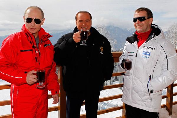 Кто в Италии богаче всех? Президент России Дмитрий Медведев, бывший премьер – министр Италии Сильвио Берлускони и премьер – министр России Владимир Путин на горном курорте Красная Поляна в Сочи 8 марта 2012 года. Фото: DMITRY ASTAKHOV/AFP/Getty Images
