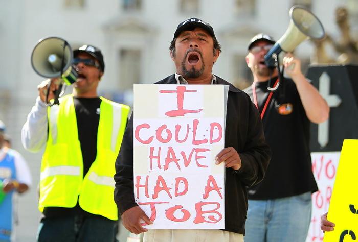 Мировая экономика по-прежнему в состоянии спада. Рабочие, потерявшие возможность приобретения дохода, протестуют. Фото: Justin Sullivan/Getty Images