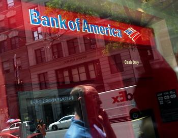 Компенсация убытков, понесенных американским финансовым гигантом Bank of America Corp.с начала кризиса 2008 года, заставляет банк начать крупную реструктуризацию корпорации. Фото: Chris Hondros/Getty Images