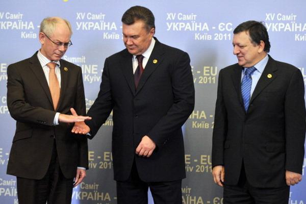 3. Саммит Украина – ЕС. Президент Совета ЕС Герман ван Ромпей, президент Украины Виктор Янукович и глава Еврокомиссии Жозе Мануэль Баррозу во время саммита. Фото: SERGEI SUPINSKY/AFP/Getty Images