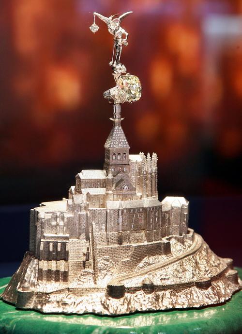 В мире образовался дефицит на платину. Скульптура японского художника Митсуо Кайи, весом в 2 кг из платины, украшенной бриллиантами. Фото: YOSHIKAZU TSUNO/AFP/Getty Images