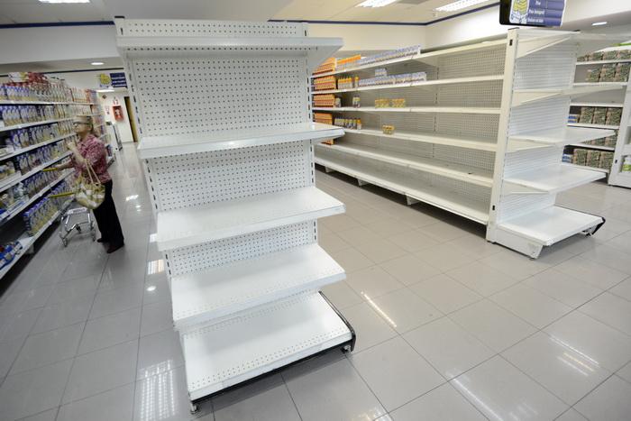 В Венесуэле образовался дефицит туалетной бумаги. Супермаркет в столице Венесуелы Каракасе. Фото: LEO RAMIREZ/AFP/Getty Images