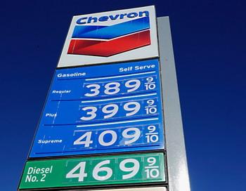 Табло с ценами на автозаправочной станции Chevron 18 января в Лос-Анджелесе, штат Калифорния. Существует мнение, что волатильность нефтяных цен вызвано заключенными фьючерскими контрактами на нефть, жаждущими прибыли инвесторов. Фото: Геворк Djansezian / GettyImages