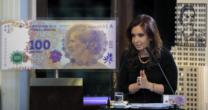 В Аргентине будет денежная банкнота с портретом Эвиты.Президент Аргентины Кристина Кирхнер представляет новую денежную купюру. Фото: JUAN MABROMATA/AFP/GettyImages