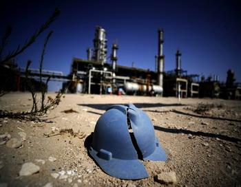 Шлем работника нефтедобывающей отрасли лежыт на земле после боев, прошедшых в близи города Завия, в 40 км от Триполи. Новое ливийское руководство под управлением Переходного национального совета взяло под контроль нефтедобывающую отрасль в стране. Фото: FILIPPO MONTEFORTE/AFP/Getty Images