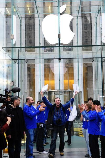 11. Россиянин Алекс Шумилов радуется, как первый из покупателей, кому посчастливилось приобрести Ipad 2 в магазине Apple на 5-ом авеню Манхетена в Нью-Йорке. Фото: EMMANUEL DUNAND/AFP/Getty Images)