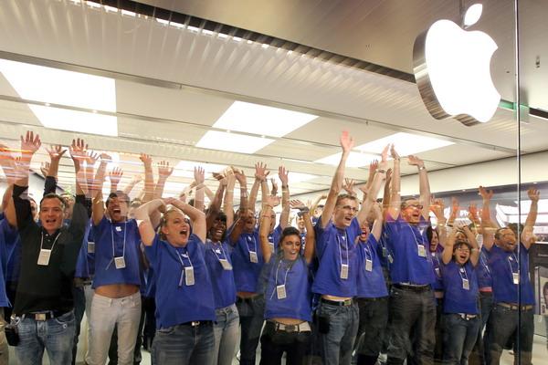 12. Открытие магазина Apple на юге Франции, в городе Сен-Лоран-дю-Вар. Фото: VALERY HACHE/AFP/Getty Images