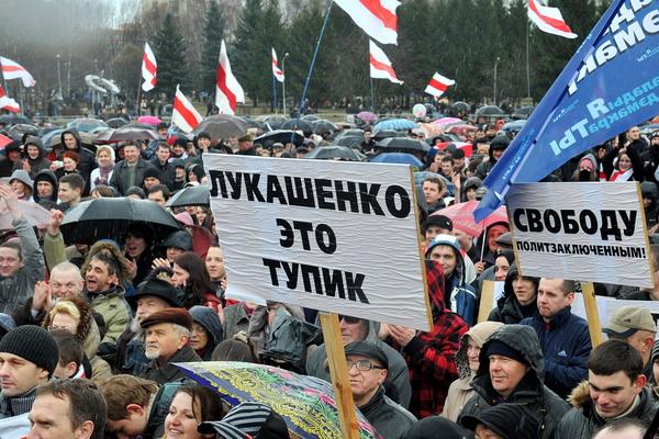 ЕС вводит дополнительные санкции в отношении Белоруссии. Демонстрация опозиционных сил 25 марта 2012 года в Минске, Белоруссия. Фото: VIKTOR DRACHEV/AFP/Getty Images