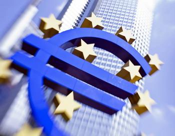 Логотип валюты Евросоюза перед зданием Европейского центрального банка во Франкфурте на Майне 4 августа 2011 года. ЕЦБ сохранил ключевую процентную ставку в 1,5% в ответ на ожидания участников фондового рынка  возобновления закупок облигаций еврозоны. Фото: FRANK RUMPENHORST / AFP / Getty Images