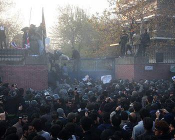 Беспокойство по поводу эскалации ядерного конфликта: Иранские студенты штурмуют британское посольство в Тегеране. Фото: stern.de