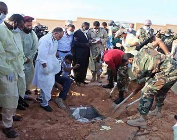 Репортеры и врачи у массового захоронения поблизости от Триполи. Фото: focus.de