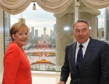 Бундесканцлер Ангела Меркель и глава государства Нурсултан Назарбаев во дворце президента в Астане в 2010 году. Фото: abendblatt.de