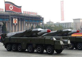 Грузовик с ракетами едет по улицам северокорейской столицы Пхеньян. Фото: stern.de