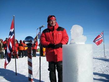 Премьер-министр Норвегии Столтенберг торжественно открыл бюст Амундсена на Южном полюсе. Фото: spiegel.de