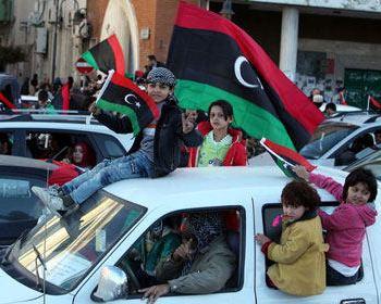 На улицах Триполи люди празднуют годовщину ливийской революции. Фото: stern.de