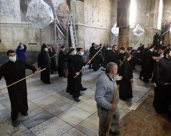 Священники подрались в церкви Рождества Христова в Вифлееме Фото: fr-online.de