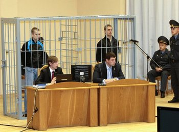 Обвиняемые Коновалов (слева сзади), Ковалев (справа): суд объявляет смертный приговор. Фото: spiegel.de