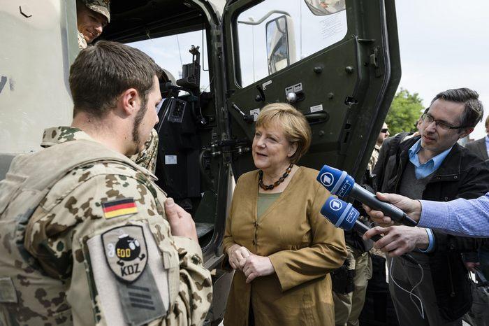 Бундесканцлер Германии Ангела Меркель посетила военный лагерь Мармал в Афганистане 10 мая 2013 г. Фото: Ole Kruenkelfeld/Bundesregierung-Pool via Getty Images