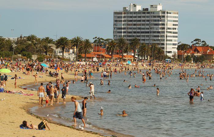 Люди купаются на пляже Сант-Килда в Мельбурне, штат Виктория в Австралии 3 января 2013 г. Впервые за более чем сто лет на юге и юго-востоке Австралии жара превысила 40° C. Фото: Scott Barbour/Getty Images