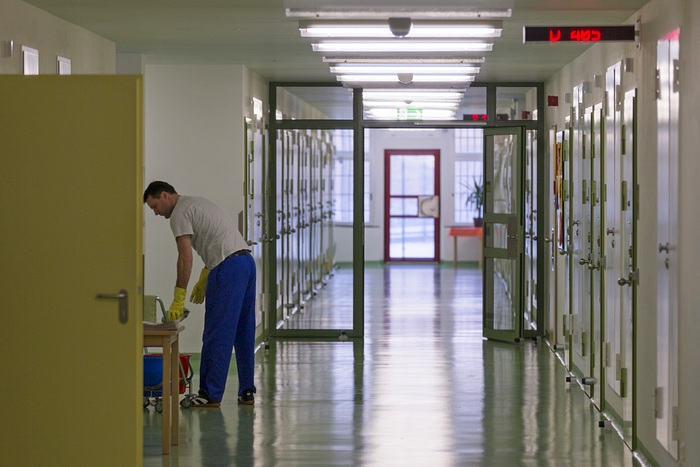 Заключённый моет полы в тюрьме Баутцена. 14  декабря 2012. Фото: Joern Haufe/Getty Images