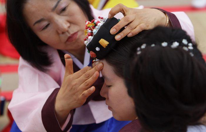 В Сеуле, Южная Корея молодые люди, которым в этом году исполняется 20 лет, участвуют в конфуцианской церемонии вступления в совершеннолетие 20 мая 2013 г. Фото: Chung Sung-Jun/Getty Images
