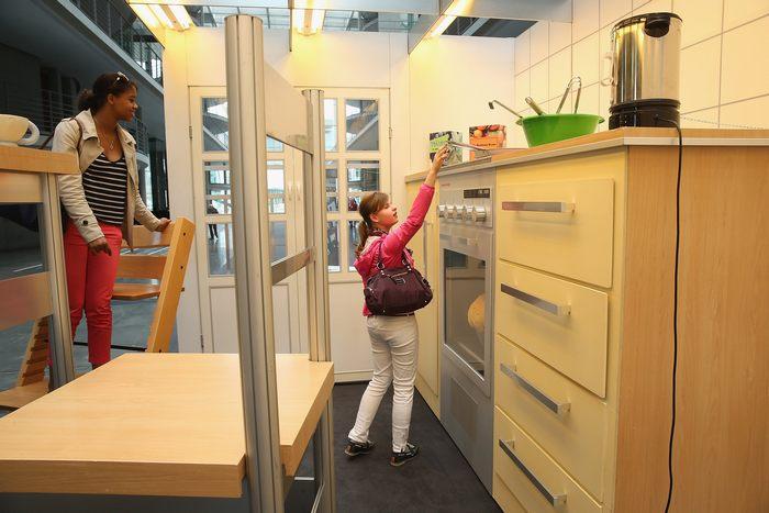 Выставка «Как дети видят мир» в Бундестаге Германии, в здании Paul-Lцbe-Haus позволяет взрослым почувствовать себя детьми. 25 апреля 2013 г. Фото: Sean Gallup/Getty Images