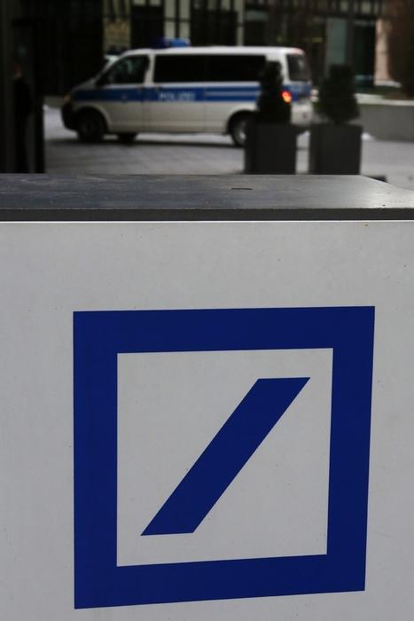 Около 500 полицейских и налоговых следователей в среду, 12 декабря 2012 г. обыскивали центральное управление Deutsche Bank во Франкфурте-на-Майне. Фото: Hannelore Foerster/Getty Images