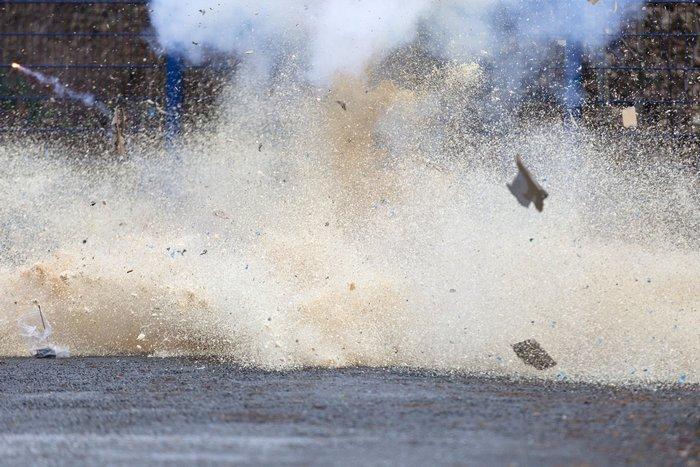 Немецкая полиция продемонстрировала опасность использования не допущенных к продаже и нелегальных хлопушек, фейерверков, ракет, фонтанов и прочей праздничной пиротехники 27 декабря 2012 г. Фото: Joern Haufe/Getty Images