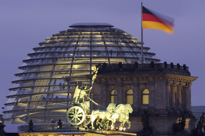 Согласно опросу Бибиси, самая популярная в мире страна — Германия. Купол Рейхстага в Берлине. Фото: JOHANNES EISELE/AFP/Getty Images