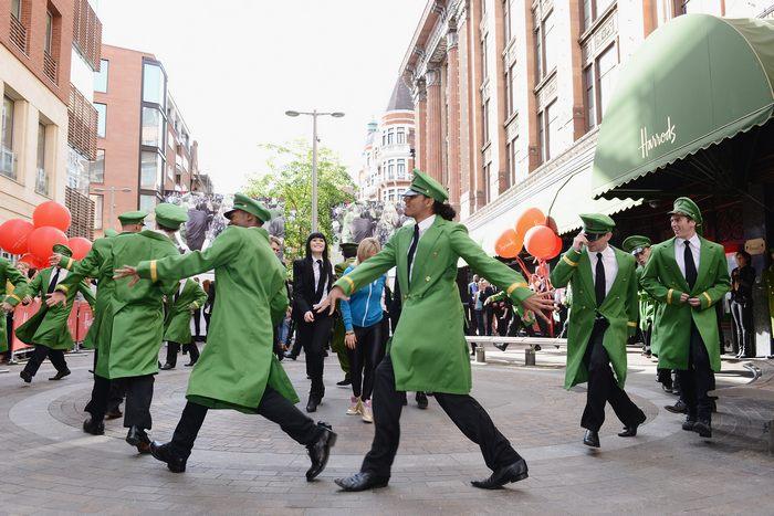 Летняя распродажа началась в торговом доме Harrods в Лондоне 15 июня 2013 г. Фото: Karwai Tang/Getty Images for Harrods