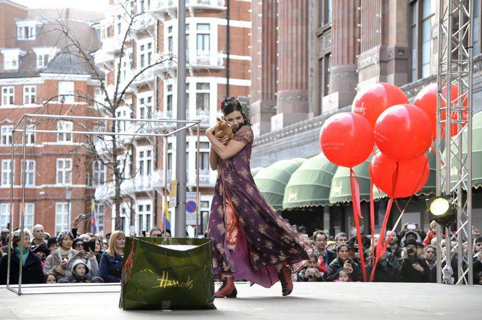 Артисты Cirque Du Soleil – Цирка Солнца особой программой открыли зимнюю распродажу в самом знаменитом универмаге Лондона Harrods 26 декабря 2012 г. Фото: Ben Pruchnie/Getty Images