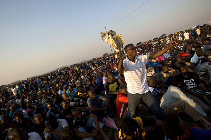 Шахтеры хоронят своих убитых полицейскими во время забастовки 16 августа коллег в Южной Африке. Фото: RODGER BOSCH/AFP/GettyImages