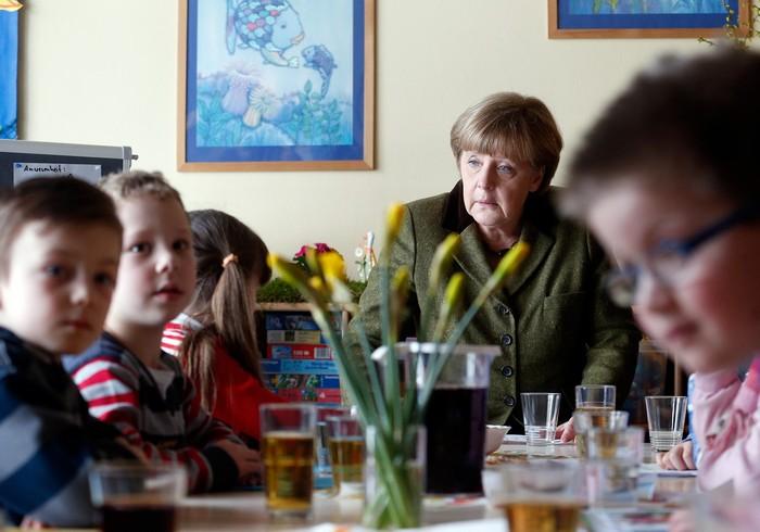 Глава правительства Германии Ангела Меркель посетила евангелистский детский сад в Ноймюнстере в среду, 13 марта 2013 г. Фото: Joern Pollex/Getty Images