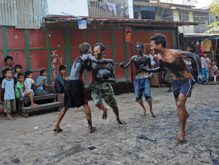 Вымазавшись отработанным машинным маслом, дети играют в Мьянме, отмечая 65-летие обретения независимости 4 января 2013 г. Фото: Soe Than WIN/AFP/Getty Images