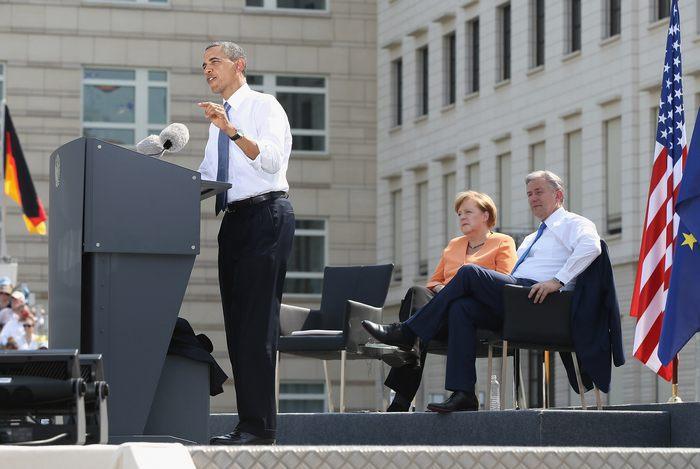 Президент США Барак Обама вместе с семьей во время первого официального визита в столице Германии Берлине 19 июня 2013 г. Фото: Sean Gallup/Getty Images