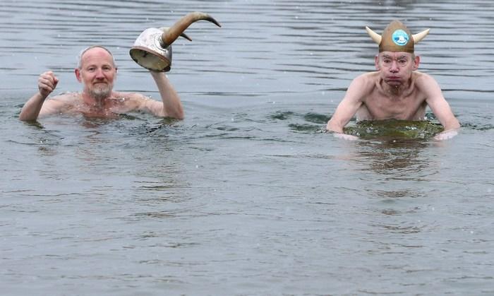 Празднично наряженные «Берлинские тюлени» провели 28-е зимние плавания в озере Оранкезее в Берлине 12 января 2013 г. Фото: Adam Berry/Getty Images
