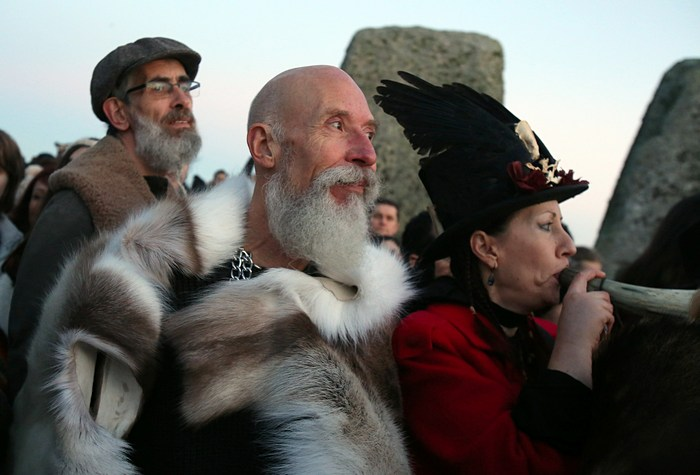 В день зимнего солнцестояния 21 декабря 2012 г. у Стоунхенджа в графстве Уилтшир, Англия собрались друиды, язычники и простые люди. Фото: Matt Cardy/Getty Images