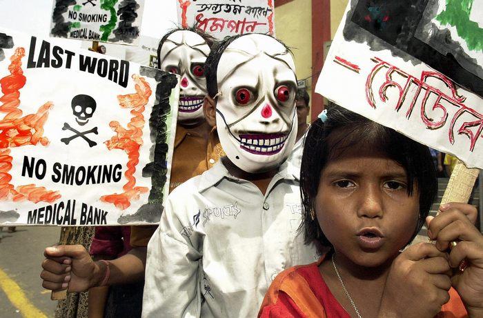 Индийские дети принимают участие в антитабачном марше по случаю Всемирного дня без табака 31 мая 2004 года в Калькутте, Индия. Фото: DESHAKALYAN CHOWDHURY/AFP/Getty Images