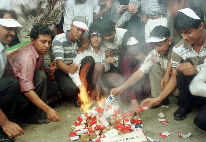 Активисты бангладешской группы по борьбе с курением устроили костёр из сигарет во время протеста в Дхаке 31 мая 1999 года в связи с Всемирным днём без табака. Фото: AFP/Getty Images